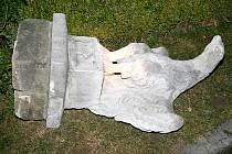 Poškozené sochy.