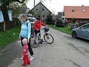Cyklisté se během výletu podívali k prameni řeky Doubravy.