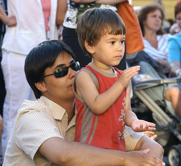 Koncert Františka Nedvěda přilákal na chrudimské Resselovo náměstí spoustu jeho příznivců.