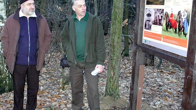 Slavnostního zahájení provozu na naučné stezce se zúčastnil také radní Pardubického kraje Petr Šilar (vlevo), který naslouchal výkladu Milana Morcha, předsedy nasavrcké organizace Českého svazu ochránců přírody.