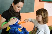 Péče o chrup v mateřské škole. Děti se jednoduchou hrou učí pečovat o zuby.