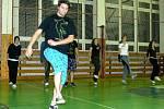 Matěj Zelinka účí mladé novému modernímu tanci jumpstyle.
