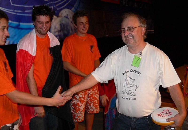 Jaroslav Biolek (vpravo) gratuluje ke zvolení Chrudimi jako pořadatele CVVZ v roce 2010.