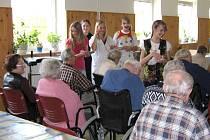 MLADÍ HERCI navštěvují seniory s pohádkou.