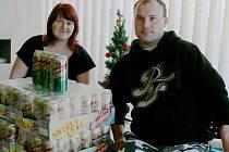 Tereza a Jan si odvezli sto piv z redakce Chrudimského deníku.