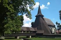 Jedinečná silueta kostela s dřevěným přístupovým mostkem.