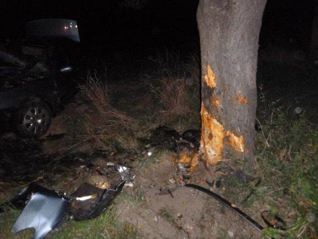 Na silnici zPředhradí do Lažan havaroval osobní automobil Peugeot 406, který skončil vpříkopu a ve stromě.