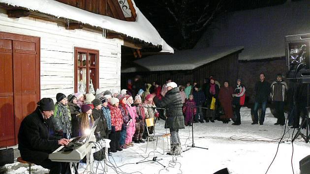 Vrámci akce Deníku Česko zpívá koledy se v hlineckém Betlémě sešlo kolem 160 návštěvníků.