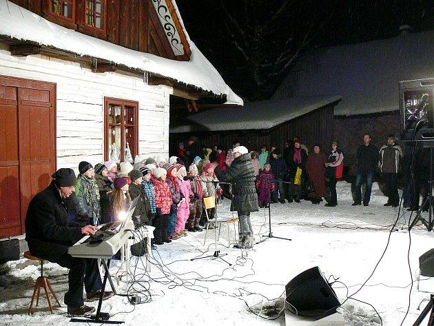 Vrámci akce Deníku Česko zpívá koledy se vhlineckém Betlémě sešlo kolem 160návštěvníků.