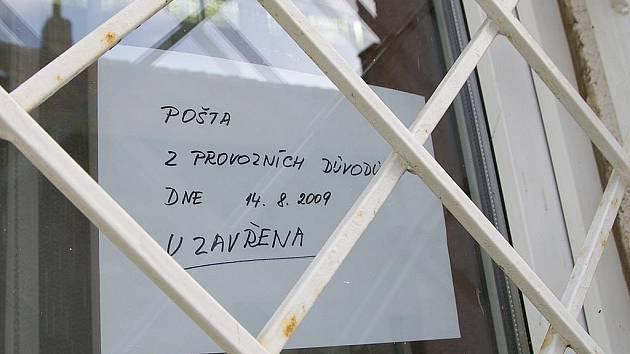 Poštovní úřad v Medlešicích je 14. srpna 2009 celý den uzavřen. Od časných ranních hodin zde Policie ČR provádí velmi podrobné ohledání.