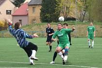 Z krajské I. A třídy ve fotbale:  AFK Chrudim B doma v derby porazilo Ronov na d Doubravou 7:0.