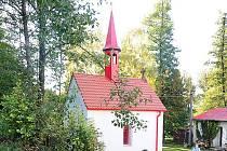Červená kaplička září novotou.