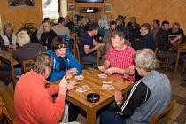 Ve slatiňanské restauraci Na Středu bojovali mariášníci o pohár starosty Slatiňan.