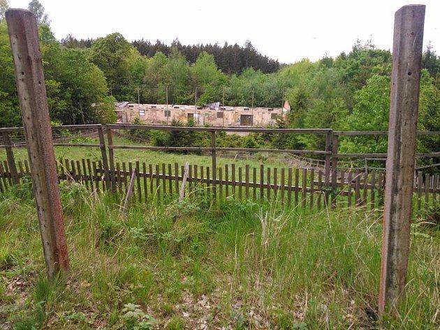 Areál muničního skladu v lesích u Chrasti.
