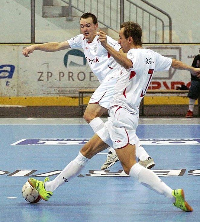 LUKÁŠ REŠETÁR. Vítězstvím maďarského týmu Colorspectrum Budapešť skončilo první utkání turnaje Mitropa Cup 2009, který se tento víkend koná na chrudimském zimním stadiónu. Ve druhém duelu se Chrudim překvapivě trálila s rakouskou Stella Rossou.