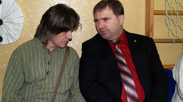 Vlevo Libor Škrlík s primářem dětského oddělení Chrudimské nemocnice Davidem Kasalem.