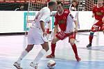 CHRUDIM. Vítězstvím maďarského týmu Colorspectrum Budapešť skončilo první utkání turnaje Mitropa Cup 2009, který se tento víkend koná na chrudimském zimním stadiónu. Ve druhém duelu se Chrudim překvapivě trálila s rakouskou Stella Rossou.