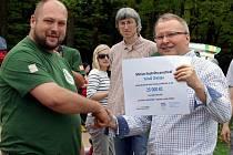 Ministr životního prostředí Tomáš Chalupa Záchranné stanici Pasíčka předal šek na pětadvacet tisíc korun