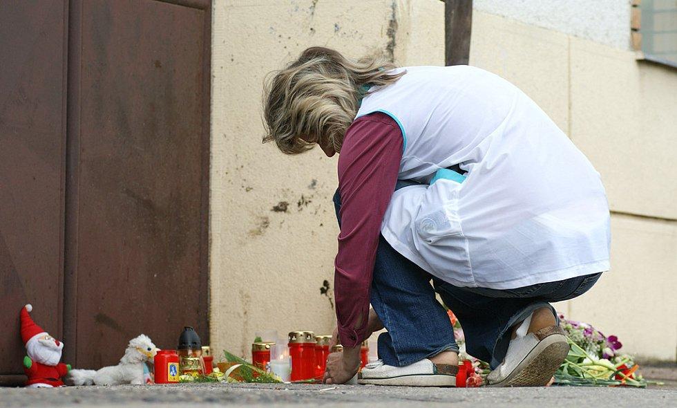 Druhý den po tragédii pokládali po celý den lidé na místo nehody květiny a zapalivali svíčky.