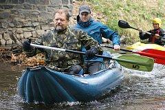 Vodácká sezona končí, vodáci z Ronova proto uspořádali tradiční Zamykání Doubravy.