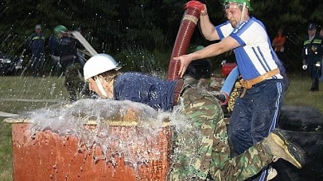 Boj hasičů.