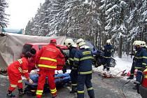 Na silnici mezi obcemi Nová Ves a Rohozná došlo ke střetu dvou automobilů, Nissanu Terrano s vlekem a Škody Roomster.