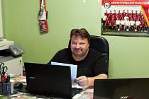 Martin Škrha je mimo jiné sekretářem druholigového klubu MFK Chrudim.