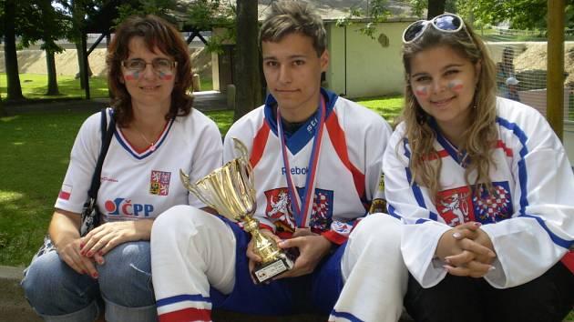 Dvacítka i šestnáctka prohrála na juniorském mistrovství světa na jihu Čech ve finálovém duelu o jediný gól, osmnáctka získala ve Strakonicích bronzové medaile.