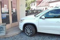 Někteří řidiči parkují v Soukenické ulici opravdu mizerně