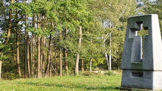 Památník v Ležákách získal další pozemky.