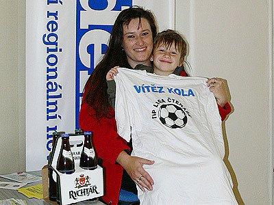 Vítězka druhého kola Tip ligy Jaroslava Kachlíková z Rozhovic se synem.