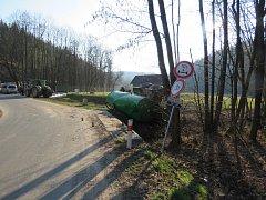 Traktor spadl do příkopu i s návěsem.