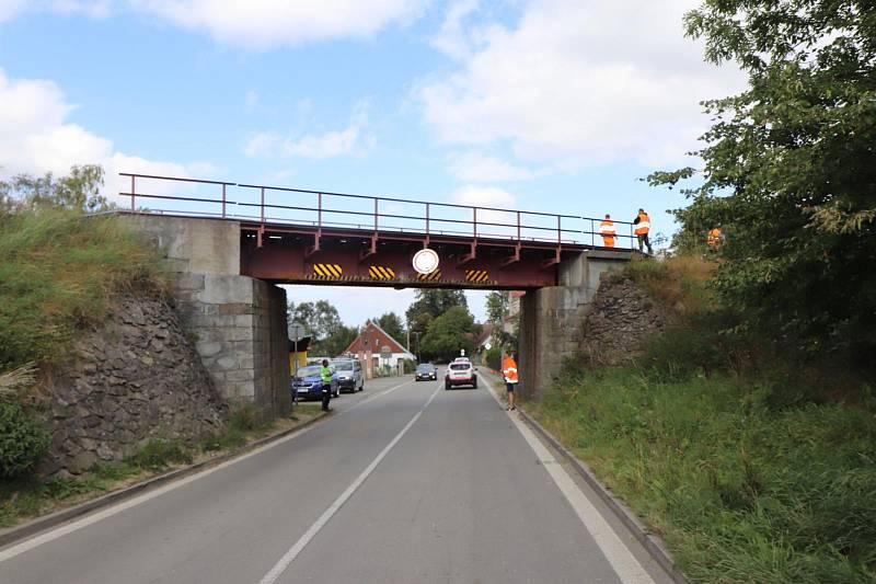 POSUNUTÝ MOST. Neznámý řidič posunutím mostu, pod něž nesmí jet vozidla vyšší než 3,8 metrů, poškodil i kolejiště.