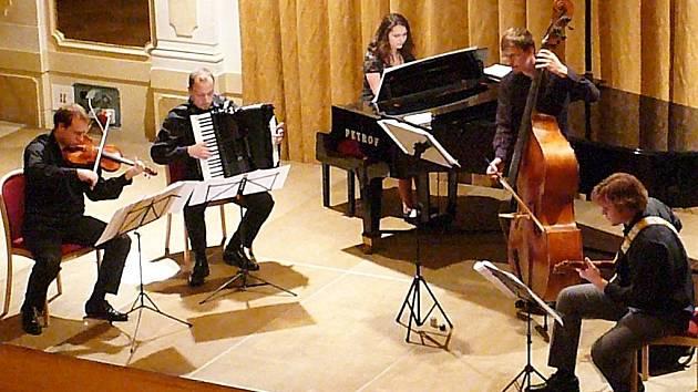 Tradiční hudební večer oživil Escualo tango kvintet.
