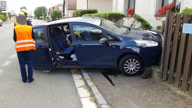 Auto v Bylanech narazilo do plotu. Řidička i hafan jsou bez újmy