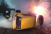 Při dopravní nehodě začalo auto hořet