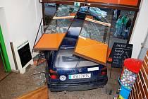 Opilá řidička nacouvala v Ronově přímo do vestibulu zdejší samoobsluhy.