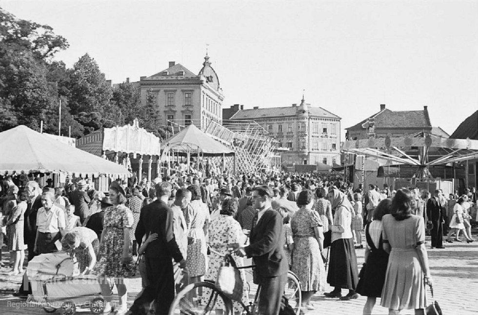 O Salvátorské pouti na Tyršově náměstí (tč. Michalském náměstí - Michaeler Platz) v roce 1944Po pravé straně, naproti Zieglerovým sadům (Michalskému parku), ještě nestojí činžovní domy čp. 564-566/II. Ty byly postaveny až kolem r. 1955.