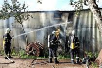 Šest hasičských jednotek bojovalo v Mrákotíně s požárem tří objektů.