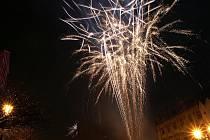 Půlnoční ohňostroj na Resselově náměstí v Chrudimi.