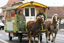 Thea a John Verhoeckx se svým koňmi taženým karavanem.