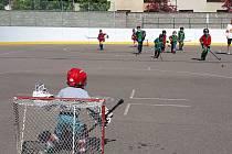Dětský křik je na hokejbalovém hřišti v Chrudimi znovu slyšet. A v pořádné míře. Chrudimský Jokerit se rozhodl znovu restartovat mládežnický systém a hned v úvodu se shledává s velkým úspěchem.