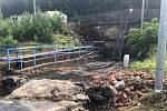 Prudké přívalové deště poničily část  skladu SSHR v Kostelci u Heřmanova Městce.