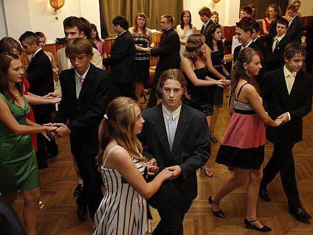 V Hlinsku začaly oblíbené Kurzy tance a společenského chování.