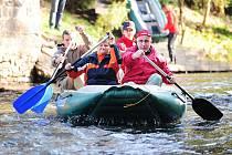 Ronovští vodáci posledním splutím zamkli před zimou řeku Doubravu.