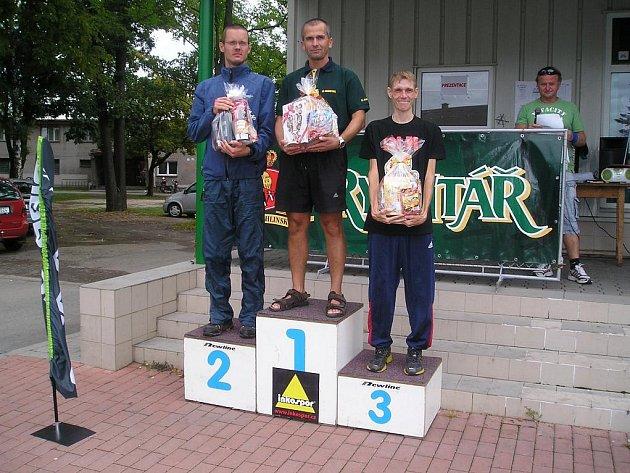 Na stupních vítězů nejlepší z kategorie do 39 let. Zleva Filip Hejkrlík, Jiří Musil a Jan Havelka.