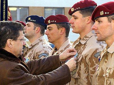 Ocenění vojáků po návratu z afghánské mise.