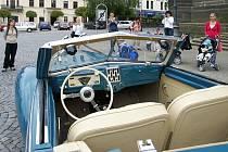 Historický automobil Aero 50 Dynamik zavítal i an chrudimské Resselovo náměstí.