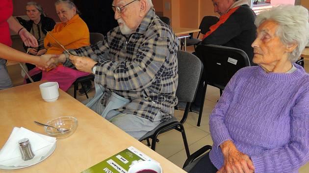 Rotopedtours a Pěškotours z chrudimského Lůžkového a sociálního centra pro seniory při vyhlášení výsledků.