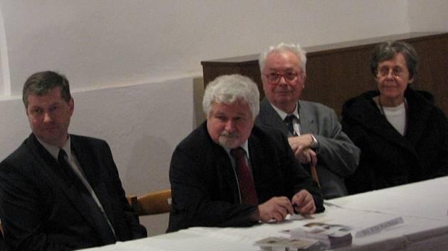 Na otevření nechyběli (zleva) starosta Nasavrk Milan Chvojka, senátor Petr Pithart a manželé Princovi. Milan Princ začal jako první v 70. letech výzkum opidda u Českých Lhotic.